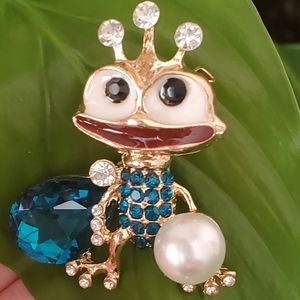 Queen fun frog pearl blue pendant brooch
